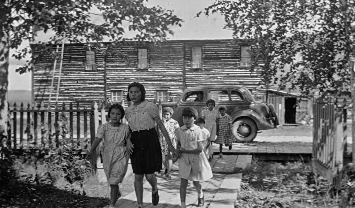 Métis children at the Dawson City, Yukon, residence. General Synod Archives, Anglican Church of Canada, P75-103-S8-264.