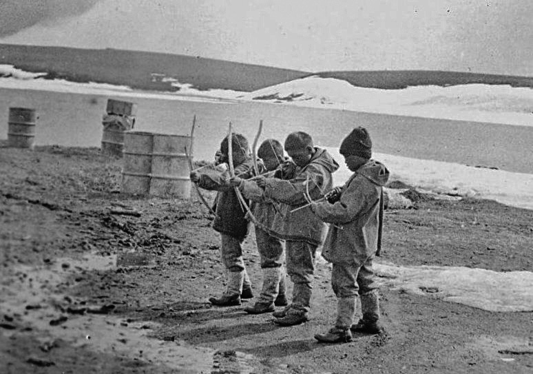 Inuit children were recruited to a school in Shingle Point in the Yukon in the 1920s. General Synod Archives, Anglican Church of Canada, P9901-589.